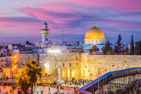 서양 벽 및 예루살렘, 이스라엘에서 템플 마운트에서 오래 된 도시의 스카이 라인.