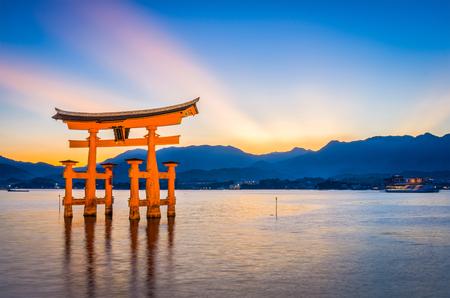 宮島、厳島神社のフローティング ゲートで広島。