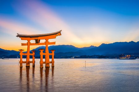 미 야지마, 히로시마, 일본 이쓰 쿠시마 신사의 떠있는 문. 스톡 콘텐츠