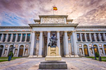 MADRID, ESPAGNE - 18 novembre 2014: La façade Musée du Prado. Fondé en 1819, le musée est considéré comme la meilleure collection d'art espagnol et l'une des plus belles collections d'art européen du monde.