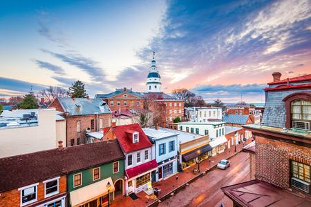 Annapolis, Maryland, USA Innenstadt Blick über die Main Street mit dem State House. Standard-Bild - 83725832