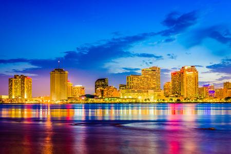 New Orleans, Louisiana, VS skyline op de Mississippi River.