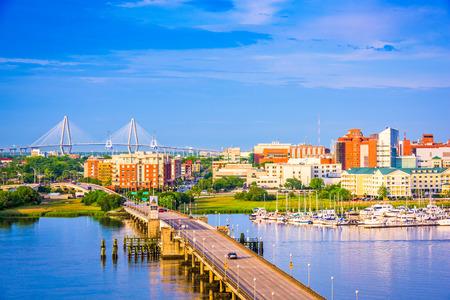 De skyline van Charleston, South Carolina, VS boven de Ashley River.