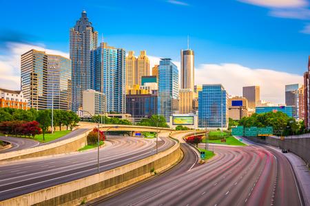 アトランタ, ジョージア, アメリカのダウンタウンのスカイラインと高速道路。