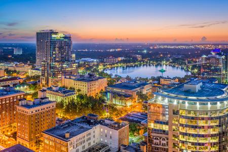 Orlando, Florida, EE.UU. horizonte aéreo hacia el lago Eola. Foto de archivo