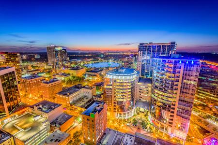 L'horizon aérien d'Orlando, en Floride, aux USA, vers le lac Eola. Banque d'images