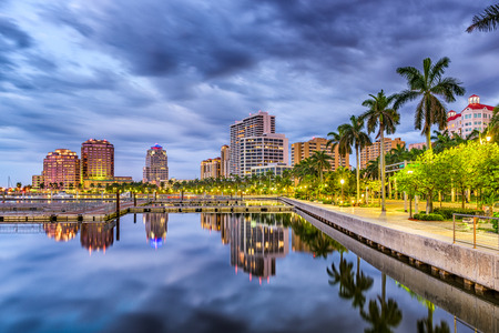 West Palm Beach, Florida, USA downtown skyline on the waterway. Banco de Imagens