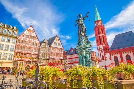 De horizon van de oude stad van Frankfurt, Duitsland.
