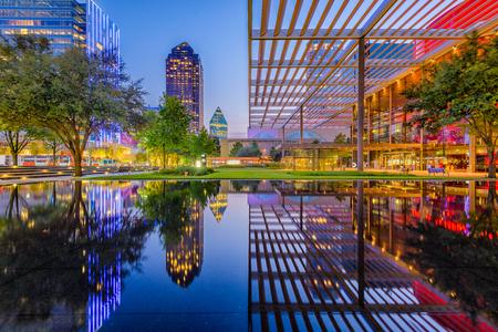 Cityscape van de binnenstad van Dallas, Texas, de VS bij schemering. Stockfoto