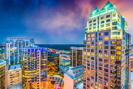 Orlando, Florida, de VS cityscape van de binnenstad bij schemering.