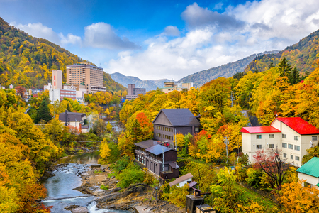 Jozankei, Hokkaido, Japan inns and river skyline during the autumn season. Banque d'images