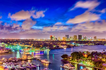 夕暮れのフォートローダーデール、フロリダ州、アメリカ合衆国の街並み。