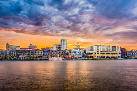 Savannah, Georgia, VS skyline op de rivier de Savannah in de schemering.