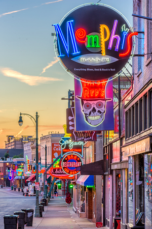 MEMPHIS, TENNESSEE - AUGUST 25, 2017: Blues Clubs on historic Beale Street at twilight. Éditoriale