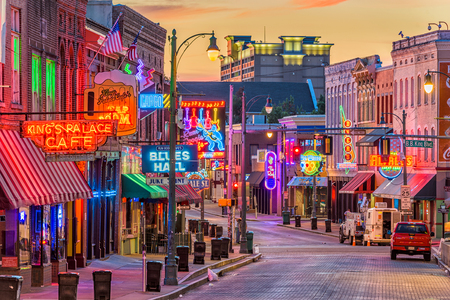 MEMPHIS, TENNESSEE - AUGUST 25, 2017: Blues Clubs on historic Beale Street at twilight. 報道画像