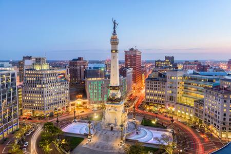 Orizzonte di Indianapolis, Indiana, USA sopra il cerchio del monumento. Archivio Fotografico