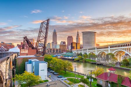 Orizzonte di Cleveland, Ohio, USA sul fiume.