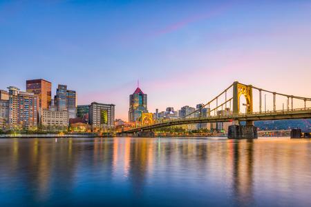 De stadshorizon van Pittsburgh, Pennsylvania, de VS op de rivier.
