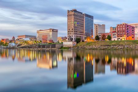 チャールストン、ウェスト バージニア州、アメリカ合衆国のスカイライン カノーワ川。 写真素材