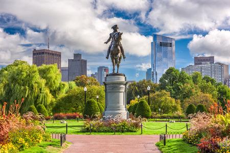マサチューセッツ州ボストンのパブリック ガーデンにジョージ ワシントンの記念碑。