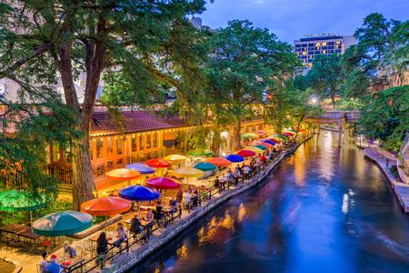 San Antonio, Texas, USA cityscape at the River Walk. 報道画像