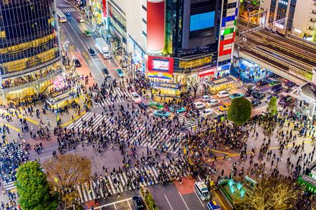 Zebrastreifen und Stadtbild Shibuya, Tokyos, Japan.