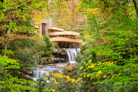 MILL RUN, PENNSYLVANIA, USA - OCTOBER 24, 2017: Fallingwater over Bear Run waterfall in the Laurel Highlands of the Allegheny Mountains. Sajtókép