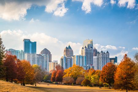 De uit het stadscentrum horizon van Atlanta, Georgië, de VS van Piemonte-Park in de herfst. Stockfoto