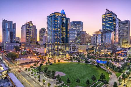 Charlotte, Karolina Północna, USA Skyline i park.