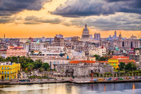 ハバナ、キューバのダウンタウンのスカイライン。 写真素材 - 96409818
