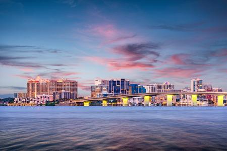 De horizon van de binnenstad van Sarasota, Florida, de VS op de baai. Stockfoto