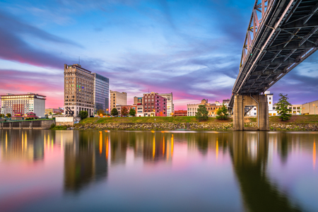 Charleston, West Virginia, USA downtown skyline on the river at dusk. 免版税图像