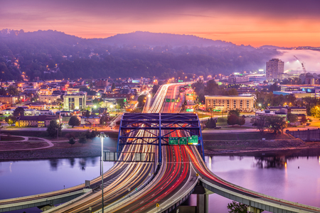 Charleston, West Virginia, USA downtown skyline over the interstate and the river. Banco de Imagens