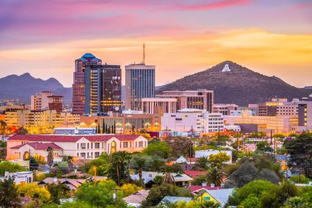 """Tucson, Arizona, USA skyline van het centrum met Sentinel Peak in de schemering. (Mountaintop """"A"""" voor """"Arizona"""") Stockfoto"""