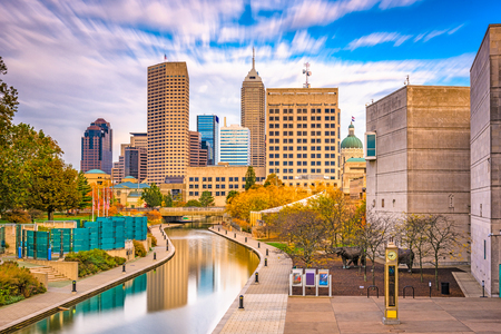 Indianapolis, Indiana, USA downtown skyline over the river walk. Stockfoto