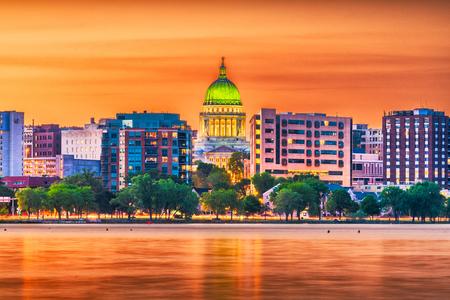 Madison, Wisconsin, Stati Uniti d'America skyline del centro al tramonto sul Lago Monona.
