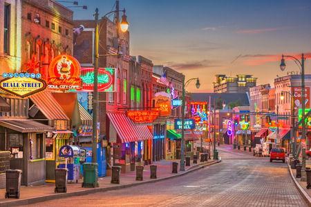 MEMPHIS, TENNESSEE - AUGUST 25, 2017: Blues Clubs on historic Beale Street at twilight. 新聞圖片