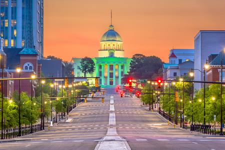 Montgomery, Alabama, EE.UU. con el Capitolio del Estado al amanecer.