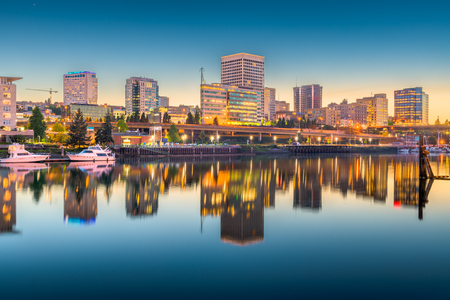 Tacoma, Washington, USA downtown skyline at dusk on Commencement Bay. Stok Fotoğraf