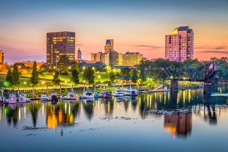 Panoramę Augusta, Georgia, USA na rzece Savannah o zmierzchu.