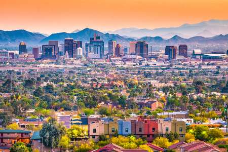Phoenix, Arizona, EE.UU. paisaje urbano céntrico al anochecer.