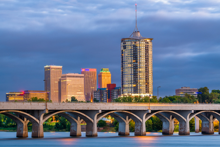 Tulsa, Oklahoma, USA downtown skyline on the Arkansas River at dusk. Banque d'images