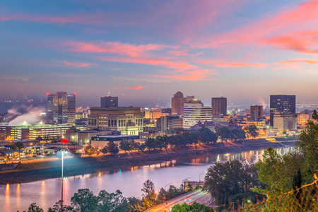 Charleston, West Virginia, USA skyline over the river at twilight. 免版税图像
