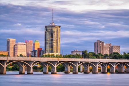 Tulsa, Oklahoma, USA Downtown skyline nad rzeką Arkansas o zmierzchu.