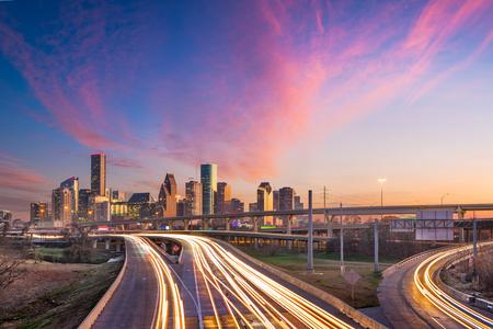 Houston, Texas, USA Centre-ville sur les autoroutes au crépuscule.