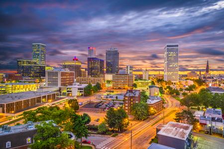 Tulsa, Oklahoma, Estados Unidos horizonte en penumbra.