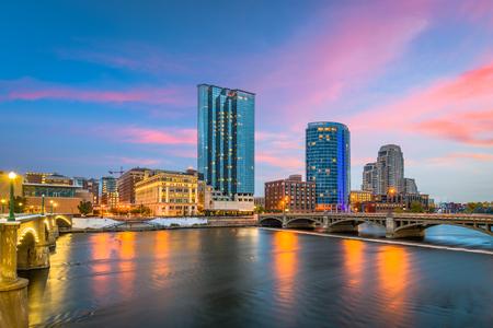 Grand Rapids, Michigan, Usa skyline van het centrum aan de Grand River in de schemering.