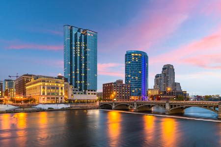 Grand Rapids, Michigan, Usa skyline van het centrum aan de Grand River in de schemering. Stockfoto