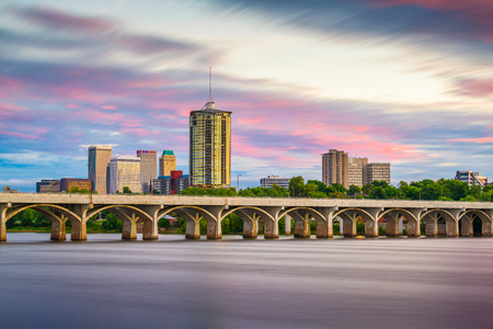 Tulsa, Oklahoma, USA downtown skyline on the Arkansas River at dusk. 免版税图像