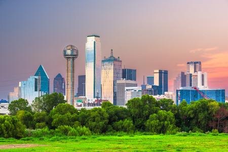 Dallas, Texas, EE.UU. el centro de la ciudad al anochecer. Foto de archivo